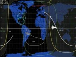 Poslední minuty raketoplánu Discovery na oběžné dráze. Konec bílé linky nad oceánem značí polohu při sestupu.