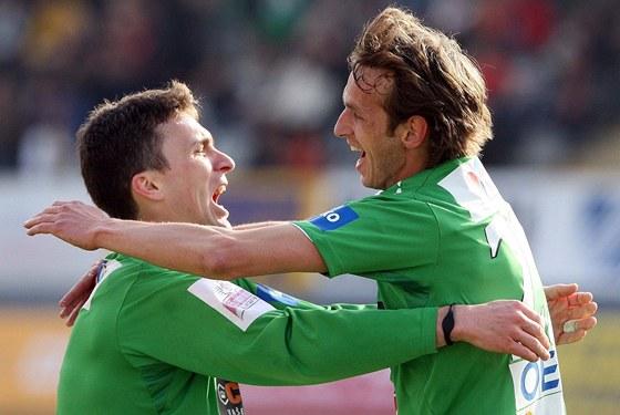 DEBAKL. Jablonečtí fotbalisté David Lafata (vlevo) a Marek Jarolím se radují z jednoho z gólu do sítě Hradce