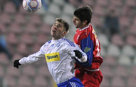 Brněnský hráč Stefan Mitrović (vpravo) v souboji o míč s olomouckým Pavlem Šultesem.