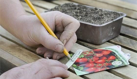 Každou misku si pečlivě označte, ať víte, kam jste zaseli jaká semínka.