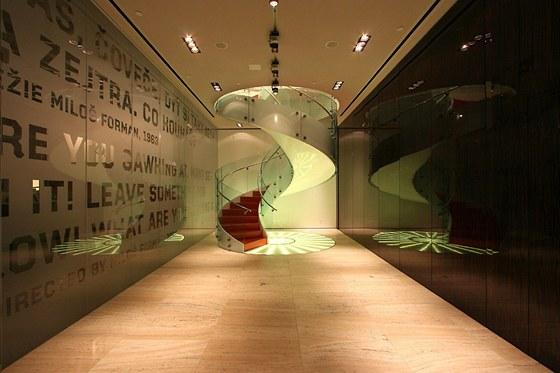 Točité schodiště jakoby se vznášející ve foyer mezi kinem (vpravo) a restaurací (za skleněnou stěnou) uvádí milovníky umění do galerie Českého centra.