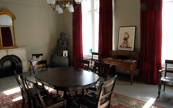 Pohled do místnosti dedikované Antonínu Dvořákovi krajanskou organizací Dvorak American Heritage Association. Mramorová krbová římsa je z domu na východní 17. ulici, v níž Dvořák žil v letech 1892 až 1895.