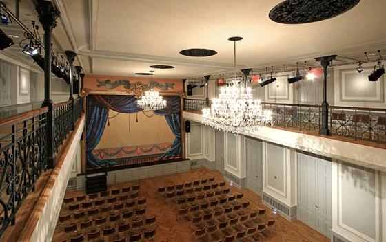 Velký sál s kapacitou 300 lidí zdobí křišťálové lustry od Preciosy, rytmicky doplněné kopiemi původních litinových roset, za nimiž se ve stropu nachází vzduchotechnika.