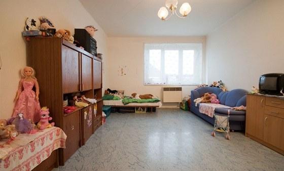 Do pokoje dostaly děti polovinu nábytku z garsoniéry, kde bydlela rodina před nastěhováním do služebního bytu.