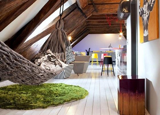 Sedací nábytek je originální směsicí různých stylů i značek. Například houpací síť Relax je od Merrygoranda, barové stoličky Marrakech od Casamanie. Středovou zónu zdobí obraz Damiena Mitchella.