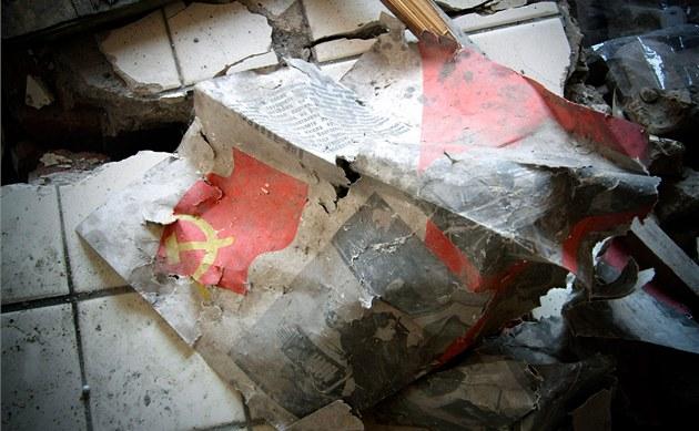 V rozpadajících se panelácích se stále povalují ruské knihy a �asopisy.