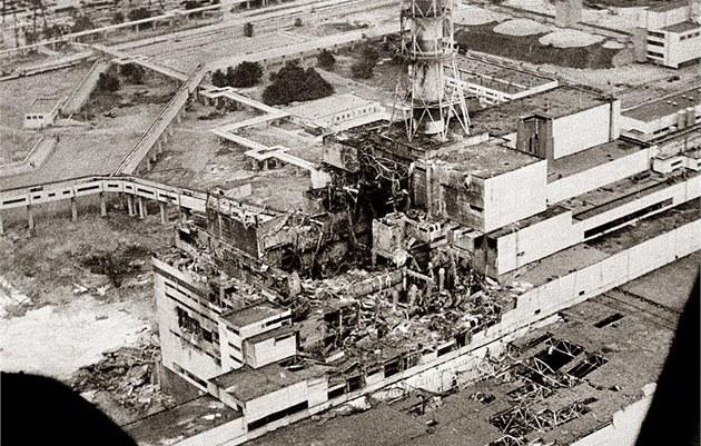 Letecký pohled na vybuchlý reaktor jaderné elektrárny �ernobyl v dubnu 1986.
