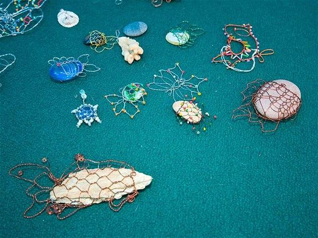 K drátování můžete využí nejrůzněji tvarované kamínky.