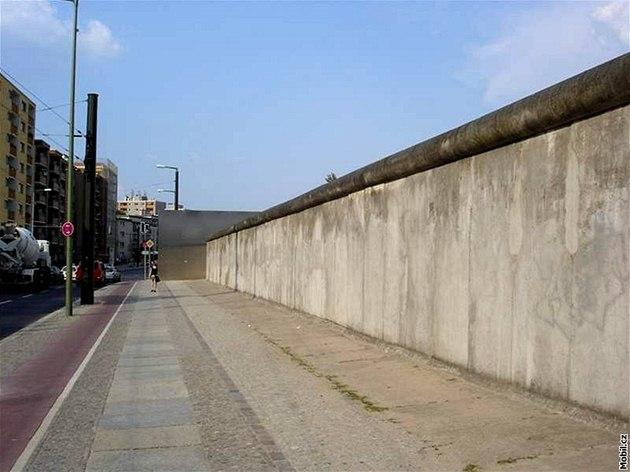 Bernauer Straße je jedním z mála míst, kde lze ze� spat�it v její p�vodní podob�.