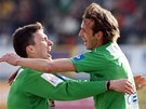 DEBAKL. Jablone�t� fotbalist� David Lafata (vlevo) a Marek Jarol�m se raduj� z jednoho z g�lu do s�t� Hradce