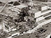 Leteck� pohled na vybuchl� reaktor jadern� elektr�rny �ernobyl v dubnu 1986.