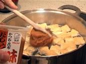 Přidejte miso pastu s rybím vývarem dashi.
