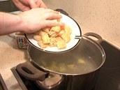 Jakmile jsou brambory uvařené, vsypte do polévky smažené tofu.