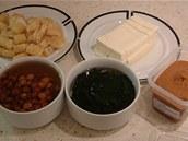 Nahoře pokrájené smažené tofu a japonské tófu, dole houby nameko, rozvinuté řasy wakame a pasta miso