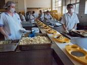 V olomoucké nemocnici budou nyní pacienti dostávat jídlo ve speciálních tabletových podnosech na vyhřívaných vozících, takže by se k nim vždy mělo dostat teplé.