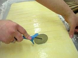 Placku rozkrájejte na třícentimetrové proužky.