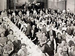 Z roku 1946 pochází tato fotografie svatby manželů Kamasových ve Velkém sále.