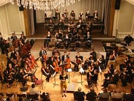 Šedesátičlenný orchestr potvrdil akustiku Velkého sálu i bytelnost roztahovatelného pódia při koncertu Smetanovy Mé vlasti v roce 2009.