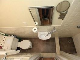 Koupelna je spojená s toaletou. Nic důležitého nechybí.