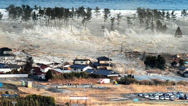 Video zkáza v japonsku po ničivém zemětřesení a vlnách tsunami