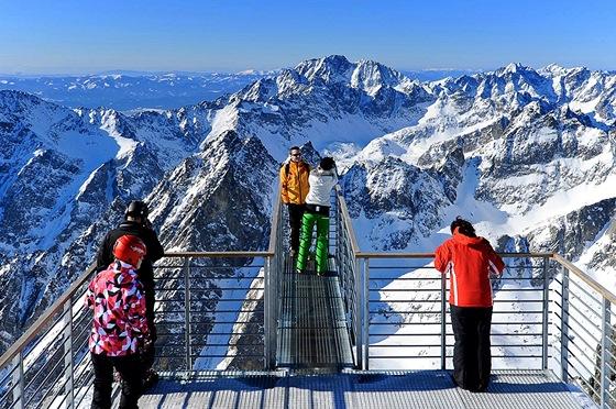 Vyhlídková plošina pro odvážné. V pozadí Gerlachovský štít, nejvyšší hora Tater
