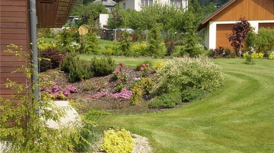 Osazené zakůrované ostrůvky v ploše trávníku nepřekážejí při sekání.