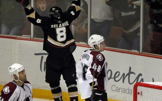 Teemu Selänne z Anaheimu se raduje z gólu, hokejisté Colorada polykají zklamání.