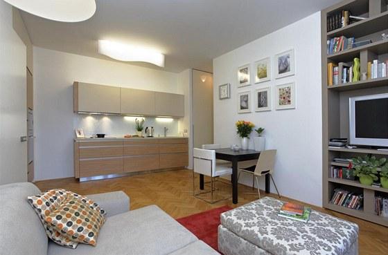Kuchyňská linka Rational je součástí obývacího pokoje. Díky vkusně zvolenému stylu, materiálu a provedení dokonale dokresluje neutrální koncept interiéru a nestrhává na sebe pozornost.