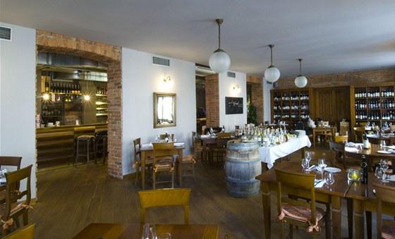 Teplá šedá barva na stěnách dobře doplnila dubovou podlahu.