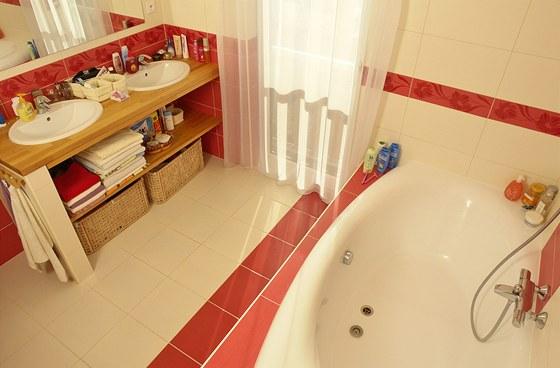 Koupelna v patře je vybavena velkoobjemovou sestavou. Zdroj: www.mujdum.cz