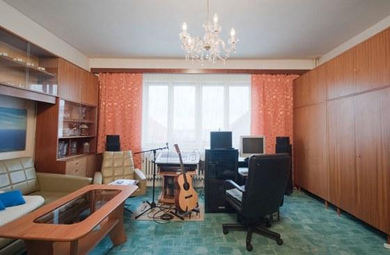 Kvůli nedostatku úložného prostoru musí být v obývacím pokoji i skříně.