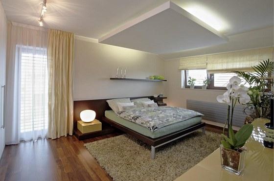 Sádrokartonové podhledy umožnily v ložnici zabudování nepřímého osvětlení pro vytvoření intimní atmosféry.