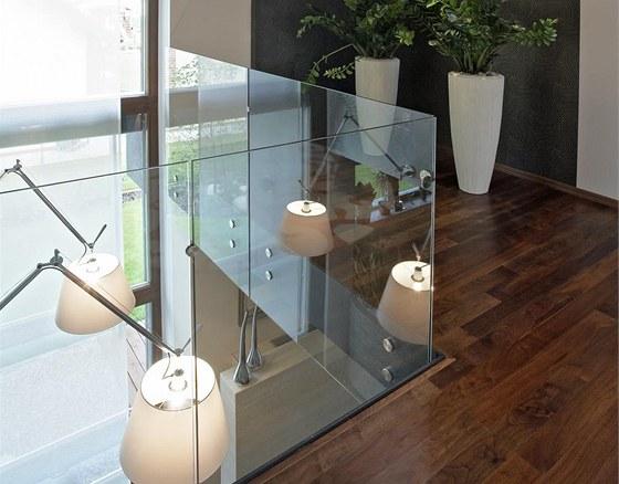 Dostatek přirozeného světla zajišťují nejen velká okna a průhledy, ale také hojné použití skla.