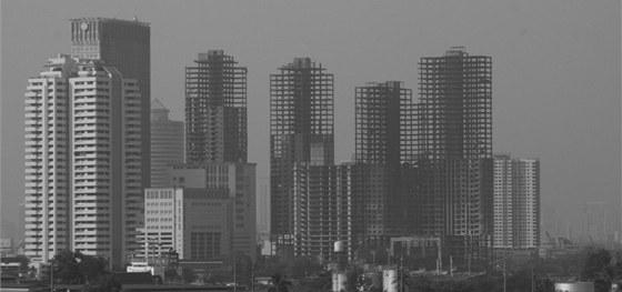 Pohled na řadu nedokončených mrakodrapů v Bangkoku v Thajsku.
