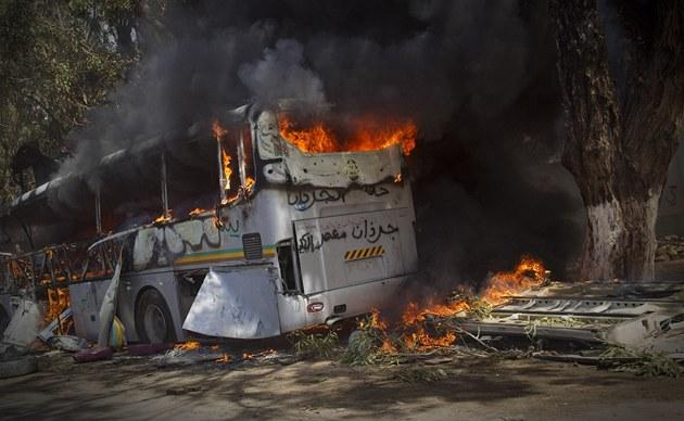 Hoř�c� autobus nedaleko v�chodolibyjsk�ho města Bengh�z� (20. března 2011)