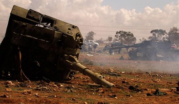 Tanky patř�c� vojsku Muammara Kadd�f�ho zničen� francouzsk�m �tokem u Bengh�z�. (20. března 2011)