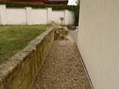 Kamenná zídka je předělem mezi domem a zadní částí zahrady.