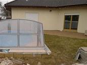 Nepraktický a uživatelsky nepříjemný je schod u okrajů bazénu - ideální by bylo srovnat ho s terasou.