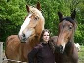 Nevidomá Adéla Šperlíková se na zámeckém statku Břetislava Suchardy naučila jezdit na koni, dnes už sama koně pro práci s postiženými trénuje.
