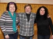Břétislav Sucharda se dvěma ženami vybranými z těch, které o něj projevily zájem.