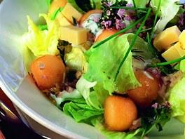 Ledový salát se žlutým melounem, goudou a bylinkami.