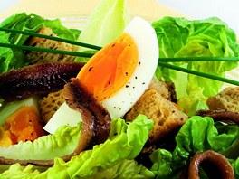 Salát s vejcem a ančovičkami.