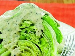 Ledový salát s pepřovým dresinkem.