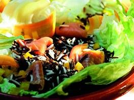 Salát s divokou rýží a lososem.