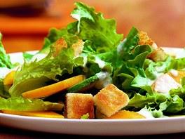 Caesar salát s kuřecím masem.