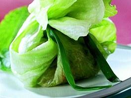 Kuřecí kuličky v ledovém salátu.