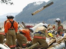 Japonští hasiči hledají v troskách oběti zemětřesení (25. března 2011)