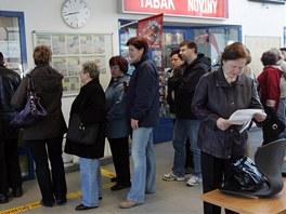 Fronta na �ipov� karty pro MHD zdarma ve Fr�dku-M�stku.