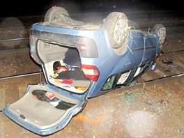 Auto vyletělo za Českou Třebovou ze silnice a skončilo v železničním koridoru. (23. března 2010)
