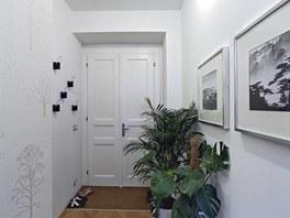 Předsíň plní funkci vstupního prostoru. Zákoutí bujné pokojové zeleně, atraktivní doplňky a dekorativní tapeta navozují přívětivou atmosféru.